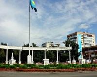 Государственный Герб и Гимн Республики Казахстан на площади у Коллонады по ул.Кутузова-Лермонтова