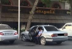 Уволен полицейский, справивший нужду из салона машины