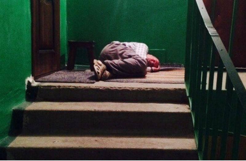 Пьяный экибастузец уснул под дверью своей квартиры