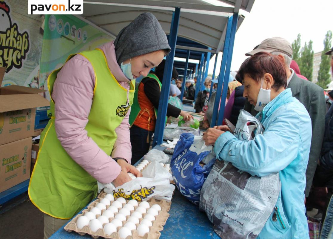 Молодую картошку по 200 тенге, яйца по 250 и подсолнечное масло по 600 тенге за литр продавали на сельхозярмарке в Павлодаре