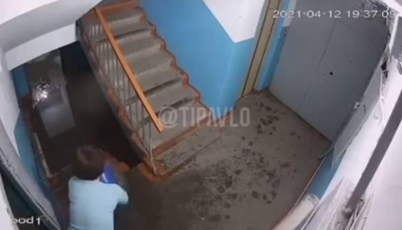 Жительницы многоэтажки объяснили полиции, зачем выливали воду ведрами в подъезд
