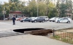 Предварительная причина провала на Лермонтова - повреждение канализационного  коллектора