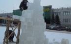 Знаменитый павлодарский скульптор и художник Бота Машрапов строит зимний городок в Павлодаре