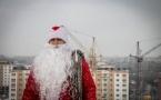 В Павлодаре Дед Мороз приходит к детям через окно