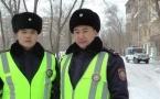 Павлодарские полицейские на руках выносили женщин из задымленного подъезда