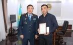 Начальник павлодарской полиции наградил таксиста за помощь в задержании вора