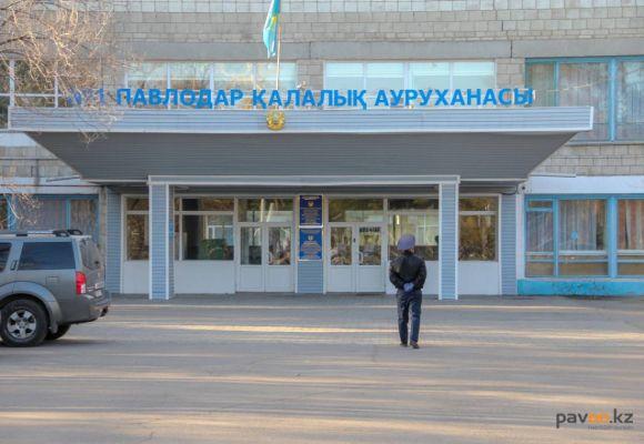 В Павлодаре к дверям двух домов и первой горбольницы приварили щеколды (фоторепортаж)