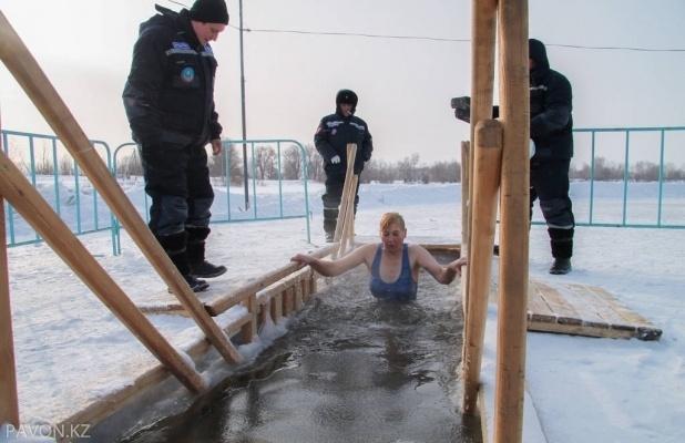 Павлодарцам напомнили правила поведения при купании в проруби