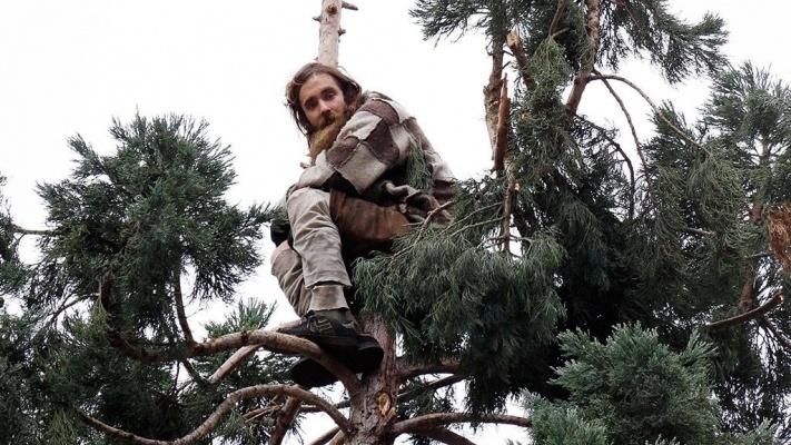 В Павлодаре спасателям пришлось снимать мужчину с дерева
