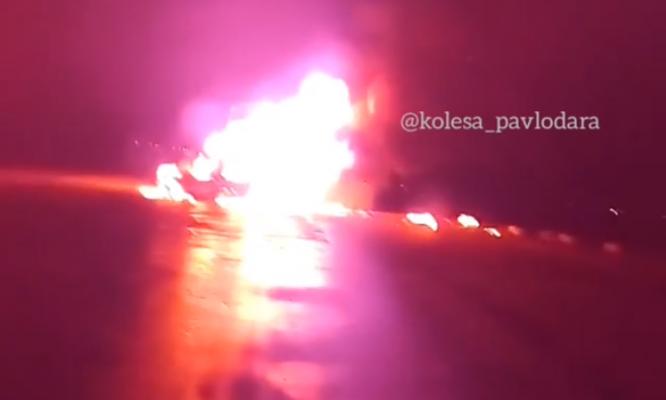 """""""ГАЗель"""" и легковая машина полностью сгорели в результате ДТП недалеко от Павлодара"""