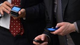 Казахстанских госслужащих обяжут платить за смартфоны на работе