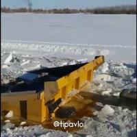 КамАЗ, груженный сеном, провалился под лед на реке Иртыш в Павлодарской области