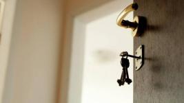 Малолетние дети случайно оказались заперты одни в квартире в Аксу