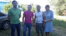 Аким Экибастуза подарил кепки и блокноты парням, спасшим из пожара женщину с детьми