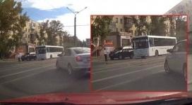 """Школьник чудом избежал наезда автобуса на """"зебре"""" в Павлодаре"""