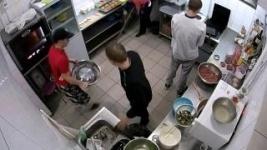 Плюющий на котлеты повар в одном из ресторанов Павлодара попал на камеру наблюдения