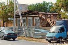 В историческом центре Павлодара рабочие приступили к разбору деревянного здания старинной постройки