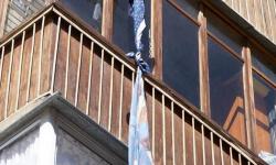 Экибастузец пытался покинуть квартиру через окно с помощью простыней, но сорвался