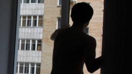 Подозреваемый в разбое и изнасиловании экибастузец, пытаясь скрыться от полиции, выпрыгнул из окна квартиры на 12-ом этаже в Алматы