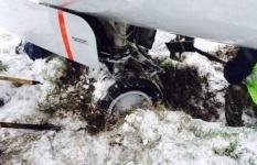 В Кыргызстане не могут вытащить застрявший в снегу самолет