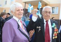 Булат Бакауов вручил ключи от квартир трем ветеранам Великой Отечественной войны