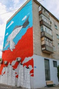 Рисунок известного казахстанского художника Паши Каса в Павлодаре заклеили рекламой
