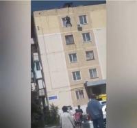 В Павлодаре пятилетний ребенок вылез на окно пятого этажа, пока мать отлучилась в магазин