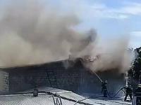 Лакокрасочные изделия и крыша здания загорелись на территории павлодарского предприятия в Павлодаре