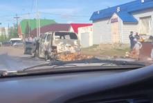 В Павлодаре на дороге сгорел минивэн