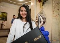 Под Новый год аким города подарил одаренным детям ноутбуки