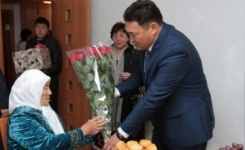 Аким Павлодара поздравил 102-летнюю жительницу города