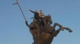 Двое парней оседлали памятник Кабанбай батыру в Талдыкоргане