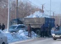 В Павлодаре произошло ДТП с участием двух легковых и груженного снегом грузовика