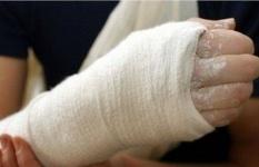 В Павлодаре кусок бетонного забора раздробил руку ребёнку