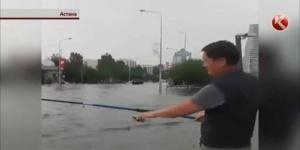 Жители Астаны рыбачили в образовавшихся после мощнейшего ливня лужах