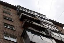 В Экибастузе мужчина сорвался с четвертого этажа, перелезая с одного балкона на другой