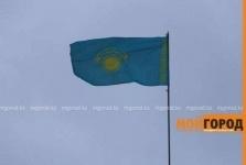 Флаг Казахстана повесили вверх ногами в Уральске