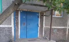 В Караганде ребенка убило бетонной плитой, упавшей с подъезда