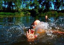 Тонущего ребенка вытащил из воды спасатель в Павлодарской области