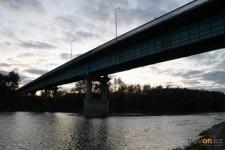 В Павлодаре мужчина спрыгнул с автогужевого моста и остался жив