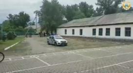 Полицейские в Успенском районе приехали на выпускной в родную школу с воздушными шарами