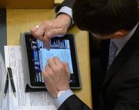 В Павлодарской области запрет на использование смартфонов в зданиях госучреждений распространили на посетителей и журналистов
