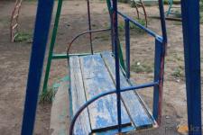 Дети получили травмы из-за сломавшихся качелей в Павлодаре
