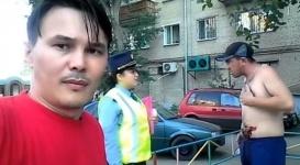 Блогер снял эпизод с участием полицейских и мужчины по кличке Уха