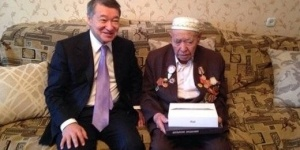 Аким ВКО подарил iPad 97-летнему ветерану
