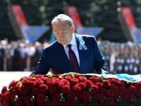 Назарбаев поздравил ветеранов и возложил цветы к Вечному огню