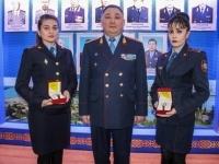 В Павлодаре наградили двух сотрудниц ЦОУ, которые выявили свыше 6,5 тысячи административных правонарушений
