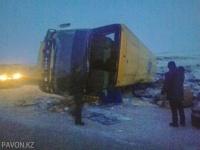 В Экибастузском районе пассажирский автобус опрокинулся на бок