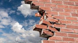В Павлодаре злоумышленники проломили стену, чтобы добраться до 200 тысяч тенге