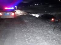 Полицейские помогли павлодарцу откопать его автомобиль из снежного плена